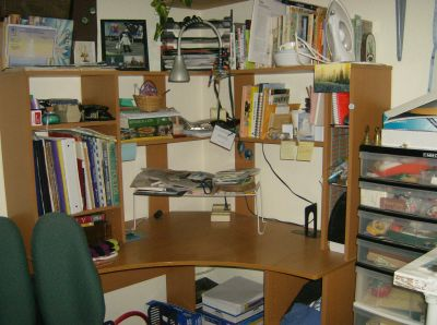 working part of the desk:  again the items on the wire shelf need final sorting, otherwise clean!